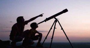 Un télescope + trousse d'introduction à l'observation du ciel